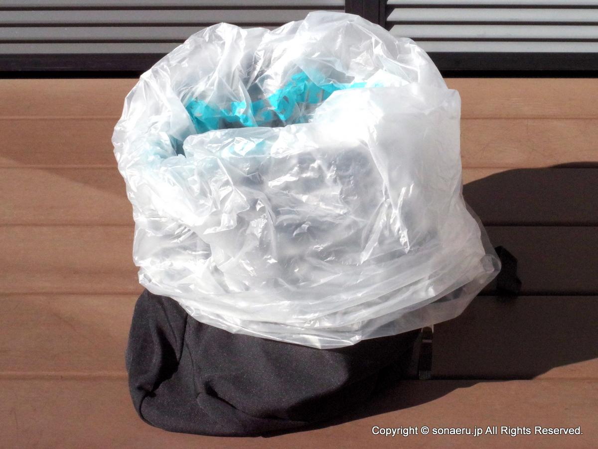 リュックに袋を2~3重にかぶせて入れる
